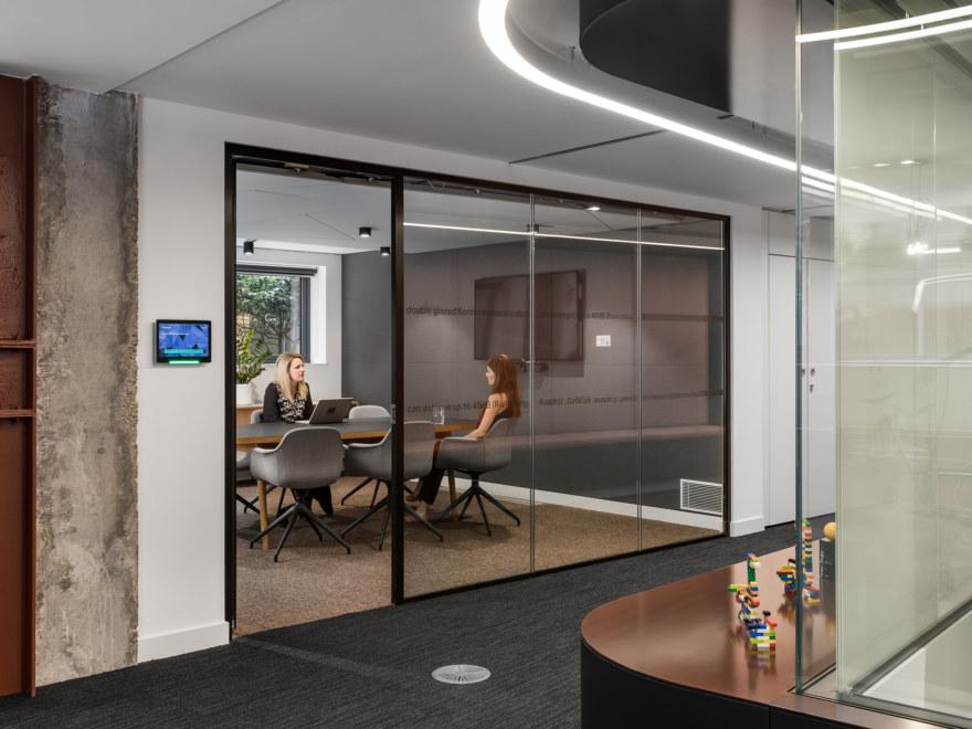 Meeting-room-AV-system-1-aspect-ratio-2640-1980